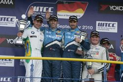 Podium: 2nd Augusto Farfus BMW Team RBM BMW 320si, 1st Alain Menu Chevrolet, Chevrolet Cruze LT, 3rd