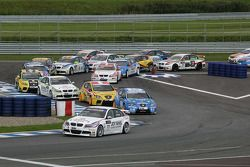 Start: Andy Priaulx BMW Team RBM BMW 320si lead the field