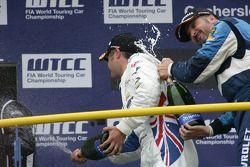 Podium: Andy Priaulx BMW Team RBM BMW 320si and Yvan Muller Chevrolet, Chevrolet Cruze LT