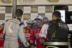 Victory lane: race winnaar Tony Stewart, Stewart-Haas Racing Chevrolet met Carl Edwards, Roush Fenwa
