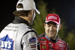 Victory lane: race winnaar Tony Stewart, Stewart-Haas Racing Chevrolet viert met Jimmie Johnson, Hen
