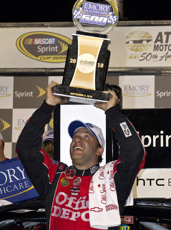 Victory lane: race winnaar Tony Stewart, Stewart-Haas Racing Chevrolet