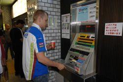 Mikko Hirvonen achète des tickets de métro à Sapporo
