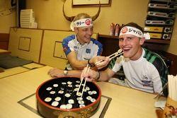 Mikko Hirvonen et Matthew Wilson apprennent à faire des sushis