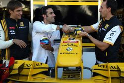 Vitaly Petrov, Renault F1 Team with Indycar driver Dario Franchitti and Robert Kubica, Renault F1 Te