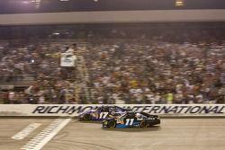 Denny Hamlin (Joe Gibbs Racing Toyota) franchit le drapeau à damier