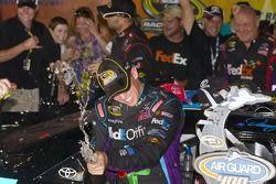 Denny Hamlin (Joe Gibbs Racing Toyota) célèbre la victoire