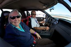 Motorsport.com's Nancy Knapp Schilke in VIP rit met Hurley Haywood