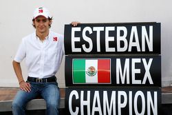 Esteban Gutiérrez celebra ganar el Campeonato de la GP3, con BMW Sauber F1 Team