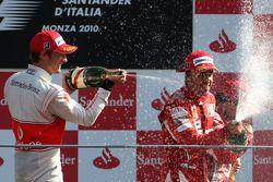 Podio: ganador de la carrera Fernando Alonso, Scuderia Ferrari, segundo lugar de Jenson Button, McLa