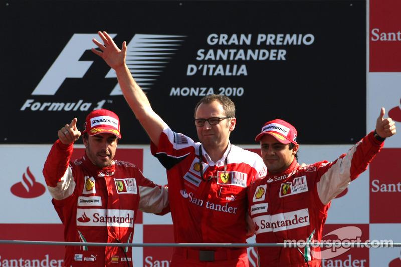 Подіум: Фернандо Алонсо, Феліпе Масса та керівник Ferrari Стефано Доменікалі