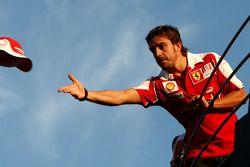 Celebración de equipo de Ferrari: ganador de la carrera Fernando Alonso lanza su sombrero
