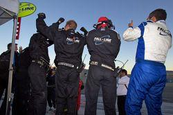 Mark Boden en Fall-Line Motorsports teamleden vieren feest wanneer de #48 Fall-Line Motorsports BMW