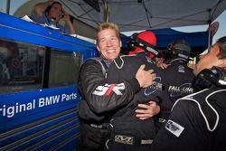 Andrew Hendricks en Fall-Line Motorsports teamleden vieren feest. #48 Fall-Line Motorsports BMW M3 C