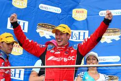Jason Richards célèbre sa troisième place avec son co-pilote Andrew Jones pour Team BOC
