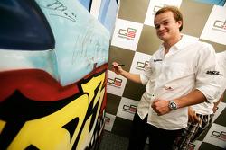 Tobias Hegewald signing some art work
