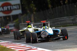 Felipe Guimaraes leads Nigel Melker