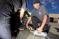 Les mécaniciens préparent les pneus