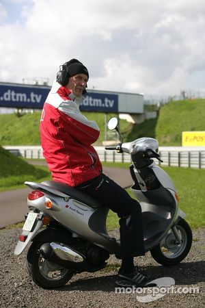 Wolfgang Ullrich, chef du département sport d'Audi, regarde les essais libres