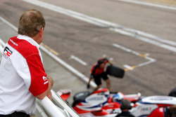 Jonathan Palmer, PDG de Motorsport Vision, observe son fils Jolyon depuis le bâtiment des stands