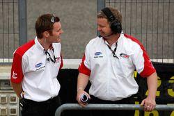 James Gornall, Formule 2 Championship Co-ordinator, en Richard Gates, F2 Team Manager