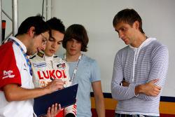 Vitaly Petrov regarde le briefing donné à son compatriote Sergey Afanasiev