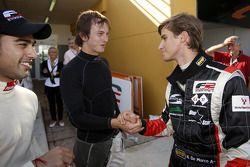 Nicola de Marco est félicité pour sa première pole position de la saison par Benjamin Lariche et Armaan Ebrahim