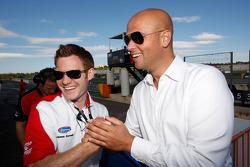 James Gornall Formule 2 Championship Co-ordinator, met de manager of Nicolas de Marco