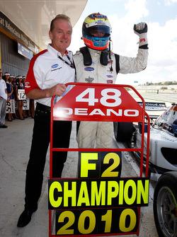 Dean Stoneman, Champion 2010 de Formule 2, félicité par Jonathan Palmer, PDG de MotorSport Vision