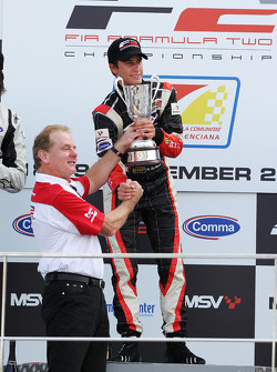 Jonathan Palmer donne son trophée à Nicola de Marco