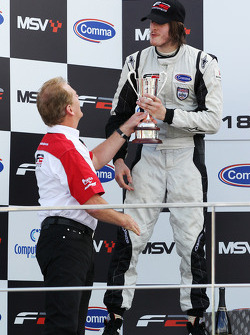 Jonathan Palmer donne son trophée à Will Bratt