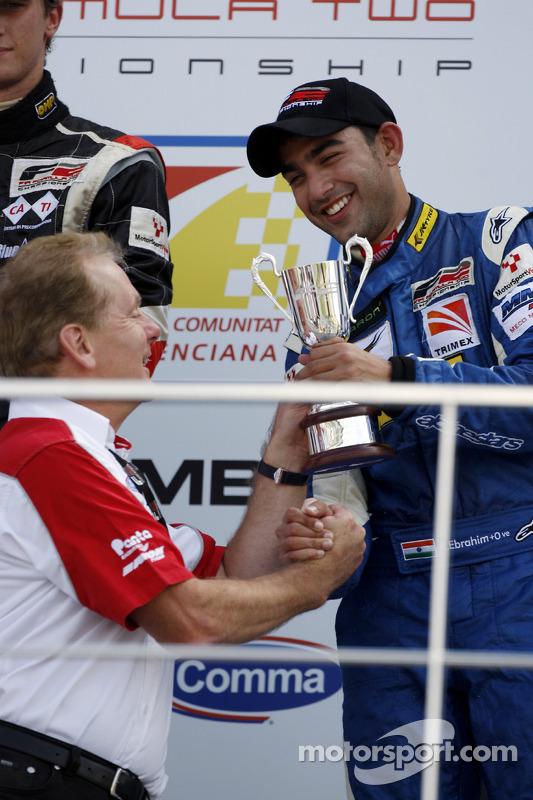 Jonathan Palmer, CEO MotorSport Vision, overhandigt Armaan Ebrahim zijn trofee voor de derde plaats