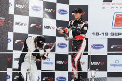 Nicola de Marco et Will Bratt sabrent le champagne sur le podium