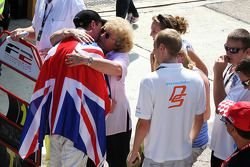 Dean Stoneman, Champion 2010 de Formule 2, est félicité par sa famille