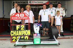 Dean Stoneman, Champion 2010 de Formule 2, avec sa famille