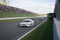 Paul di Resta, Team HWA AMG Mercedes C-Klasse, franchit le drapeau à damier