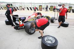 Des ingénieurs F2 travaillent sur la voiture de Ricardo Teixeira