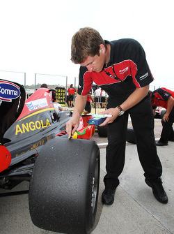 Un ingénieur Avon vérifie la température des pneus