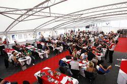Jonathan Palmer, PDG MotorSport Vision, parle à des invités dans l'hospitalité F2