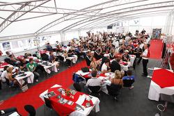 Jonathan Palmer, CEO MotorSport Vision, met gasten in F2 hospitality