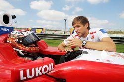 Vitaly Petrov parle à Sergey Afanasiev