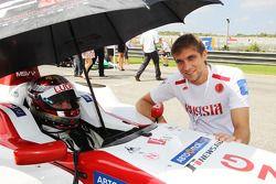 Vitaly Petrov sur la grille avec Ivan Samarin