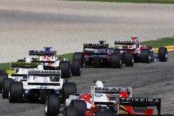 Jolyon Palmer mène un groupe de voitures