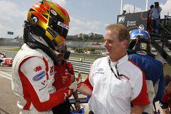 Kazim Vasiliauskas, vainqueur, félicité par Jonathan Palmer, PDG de Motorsport Vision