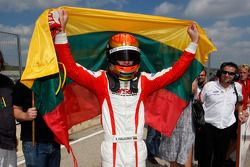 Kazim Vasiliauskas célèbre sa victoire en parc fermé