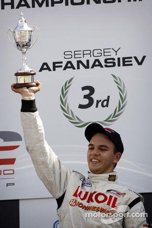 Sergey Afanasiev avec le trophée de troisième du championnat