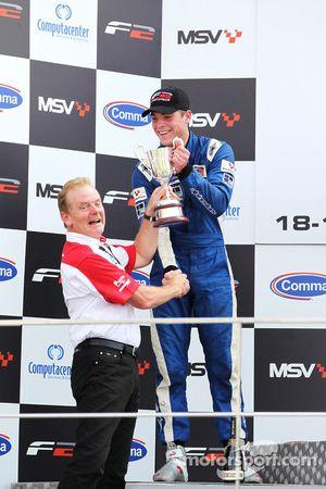 Jonathan Palmer présente le trophée de la deuxième place à Jack Clarke