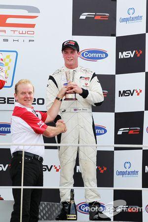 Jonathan Palmer présente le trophée de champion à Dean Stoneman