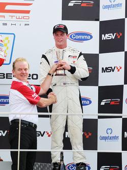 Jonathan Palmer, CEO MotorSport Vision, overhandigt Dean Stoneman zijn trofee voor de derde plaats