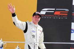 Dean Stoneman célèbre le championnat sur le podium